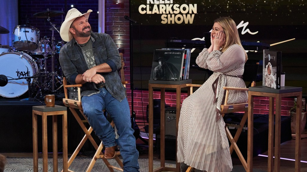 Garth Brooks sings Kelly Clarkson to tears