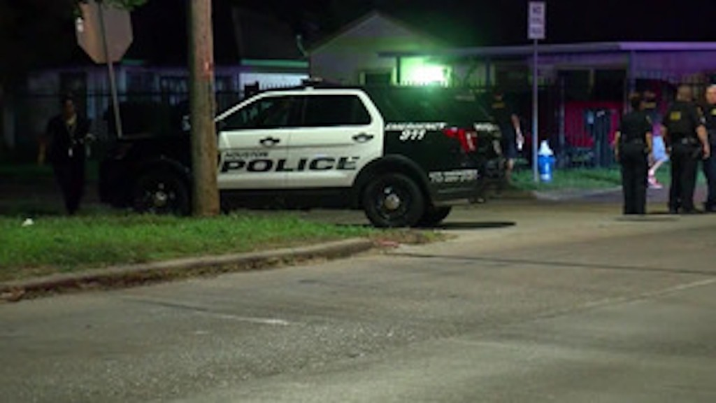 Houston police officer wounded, suspect fatally shot after crime spree