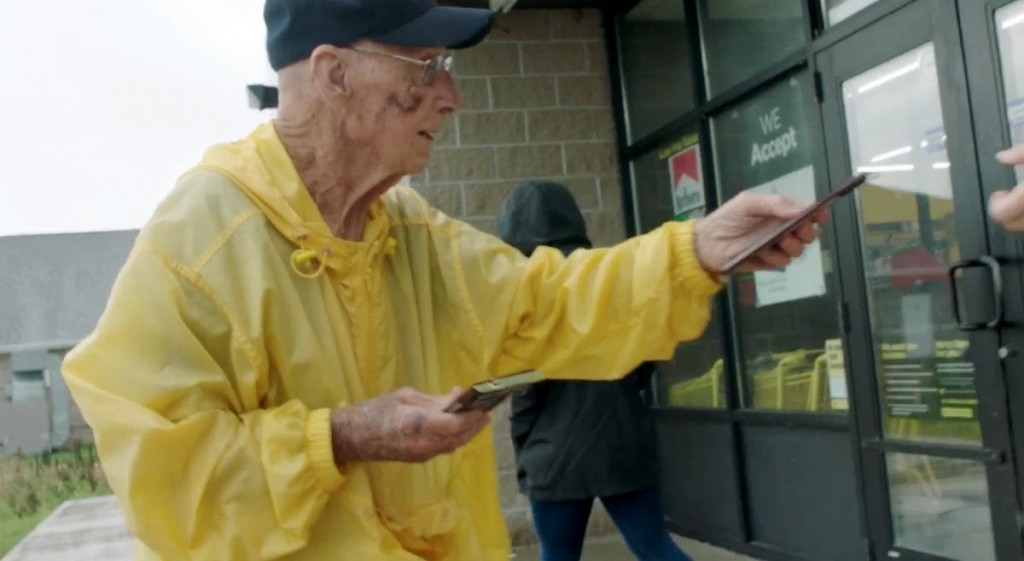 This 94-year-old WWII vet hands out chocolate bars to strangers