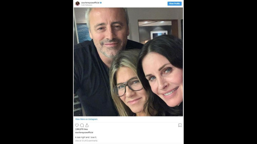'Friends' co-stars reunite for a rare selfie, and it's perfection