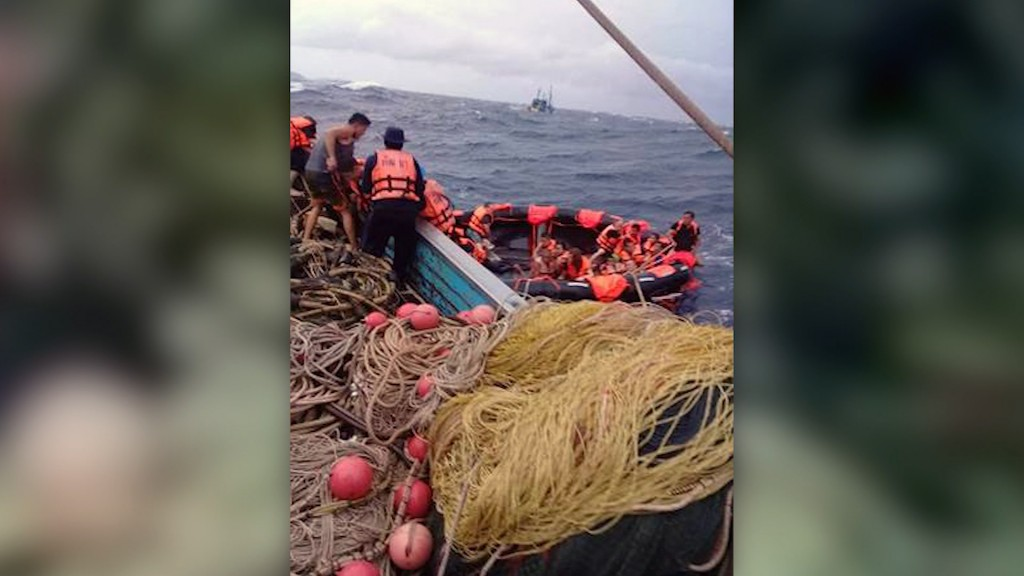 Phuket boat sinks: Divers search for missing tourists in water off Thailand