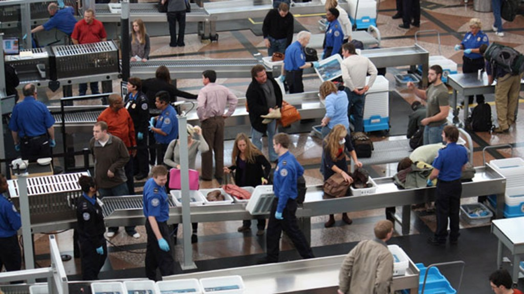 Unpaid airport screening agents get bonus during shutdown