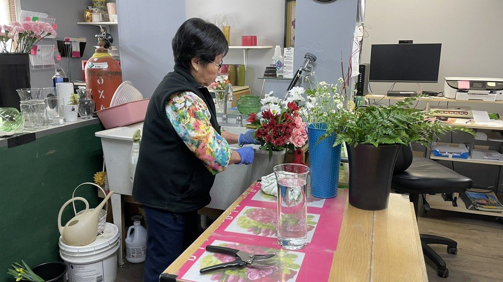 The Gilded Lily Owner Toi Mulligan Making A Floral Arrangement
