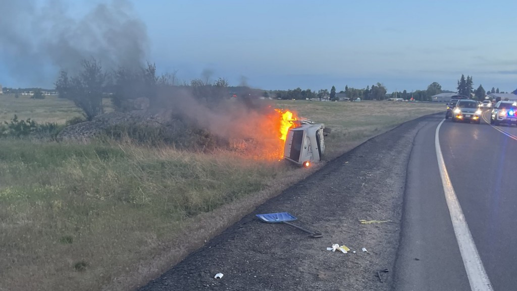 Three people rescue woman from burning car