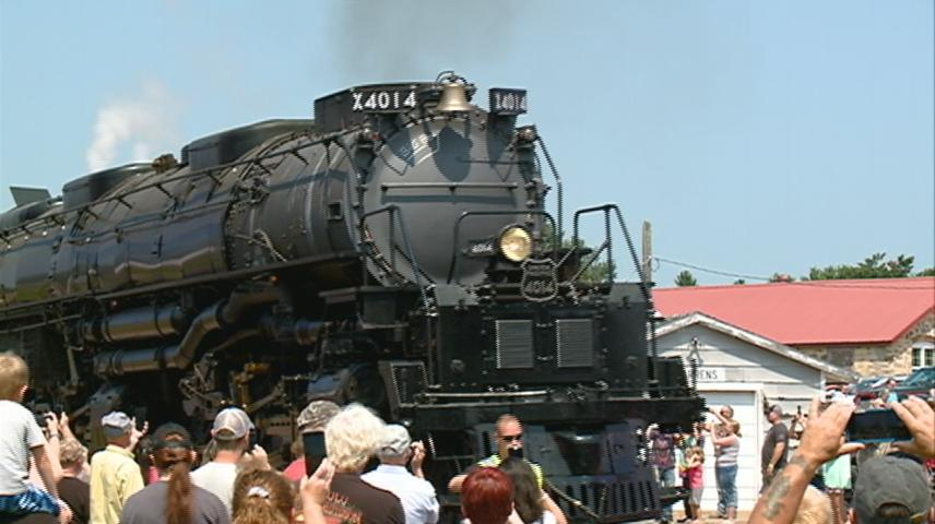 'Big Boy' locomotive makes stop in Warrens