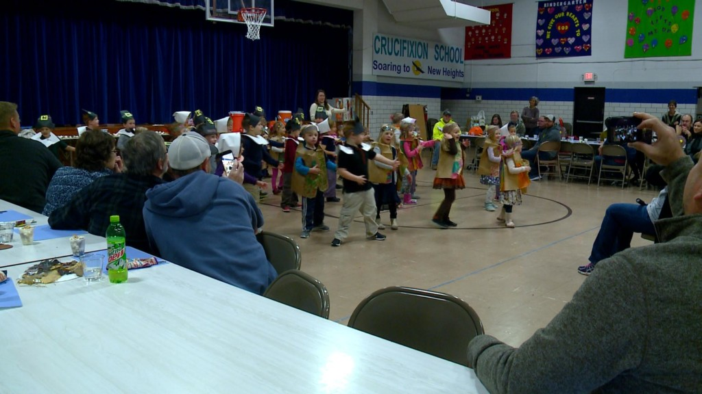 Students in Crucifixion School in La Crescent prepare, serve Thankgiving meal