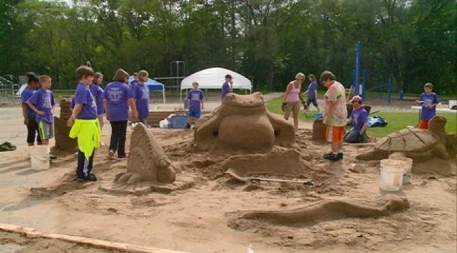Artist helps La Crosse students build sand frog pond