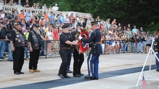 Wisconsin man lays wreath at Tomb of the Unknown Soldier