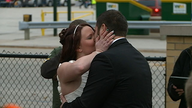 Onalaska couple gets married outside Lambeau before game
