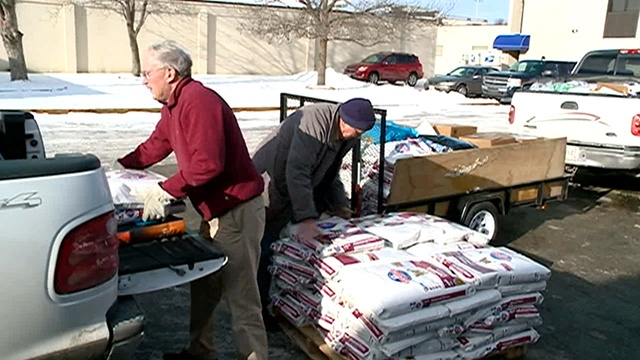 La Crosse animal hospital holds pet food drive