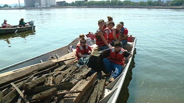 Local volunteers take part in Great River Mississippi Cleanup