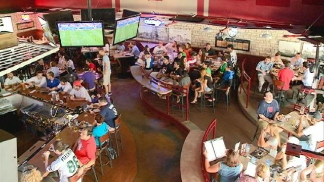 Soccer fans pack restaurants for World Cup match