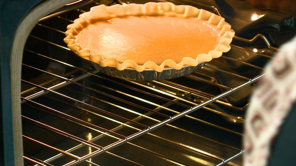 La Crosse middle school students make pumpkin pies for La Crosse Community Thanksgiving Dinner