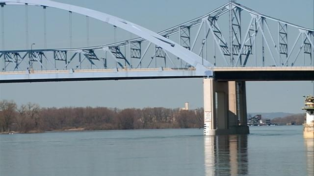 Experts say Mississippi River will crest