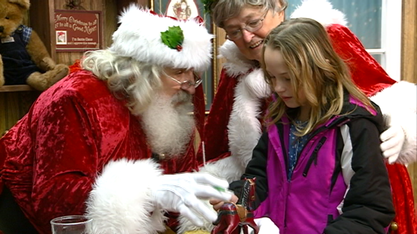Santa offers area kids free holiday photos