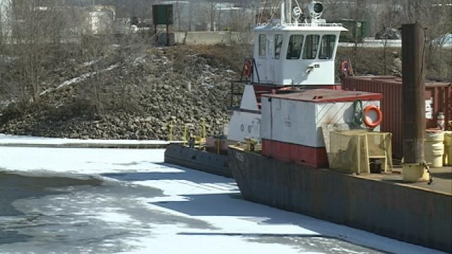 Lingering ice delays shipping season on Mississippi River