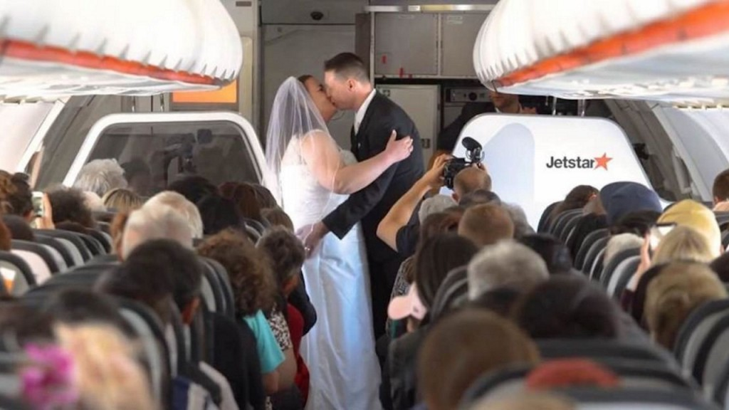 Couple tie the knot at 37,000 feet between Australia and New Zealand