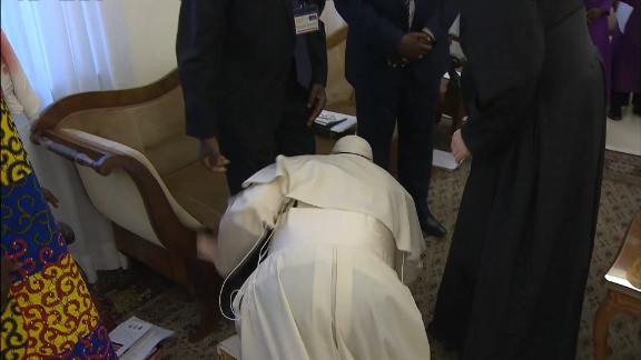 Pope Francis kisses feet of once-rival South Sudan leaders
