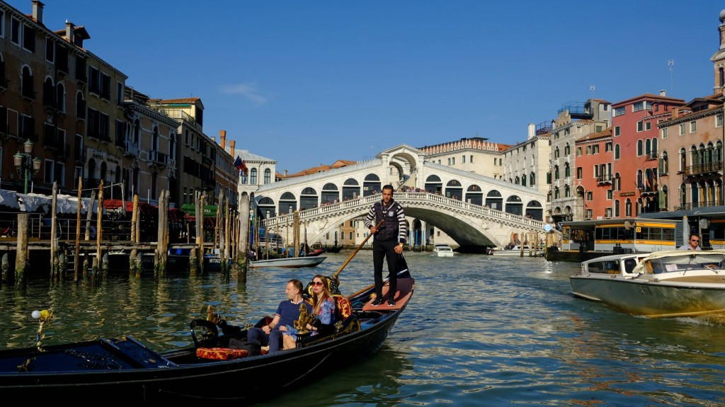 Venice tourist holds worker hostage in currency exchange