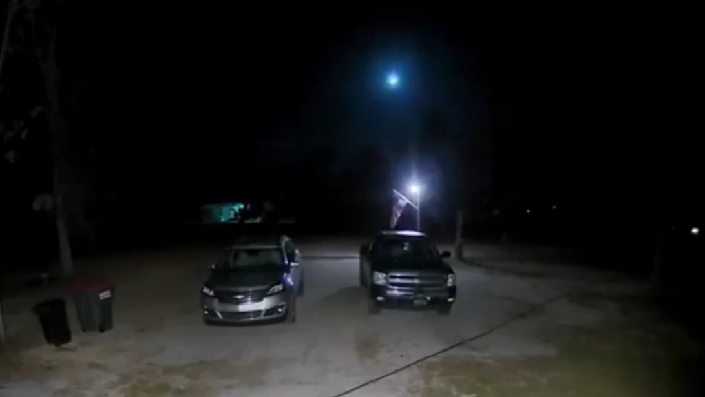 Meteor lights up the night sky over northern Florida