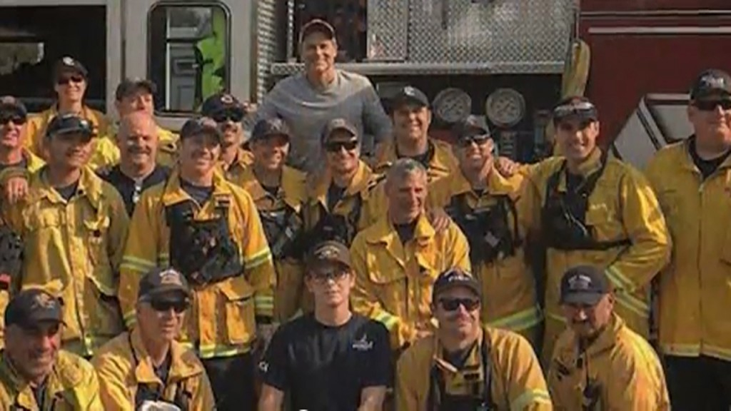 Rob Lowe serves home-cooked meal to Thomas firefighters