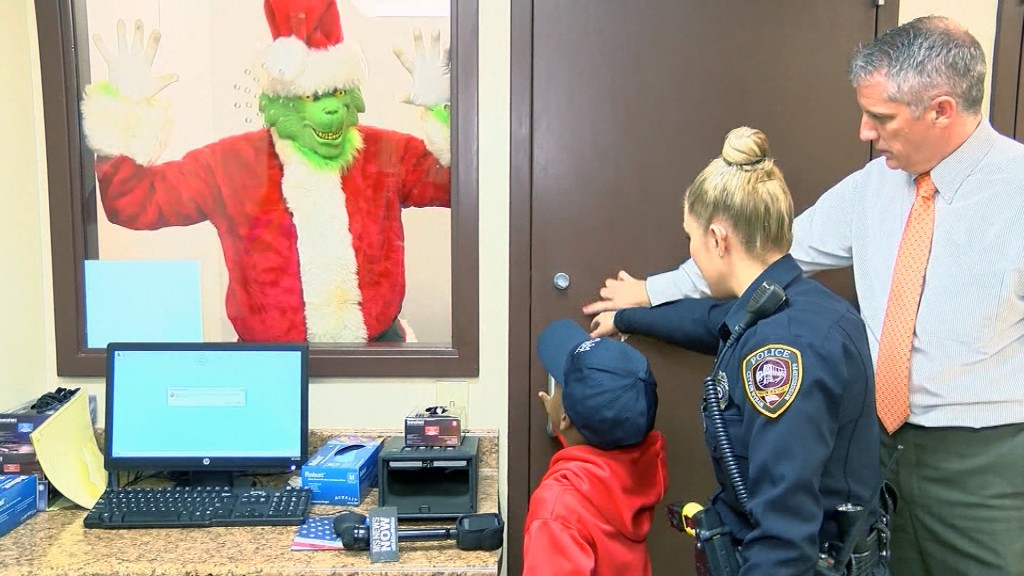 5-year-old boy calls 911 to report the Grinch stealing Christmas