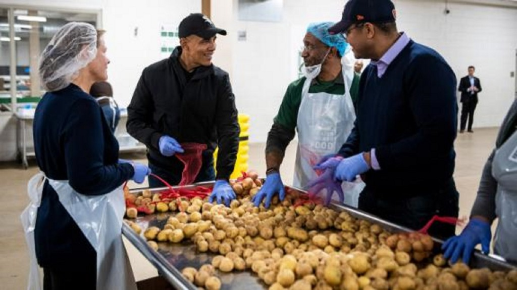 Obama surprises Chicago food bank volunteers