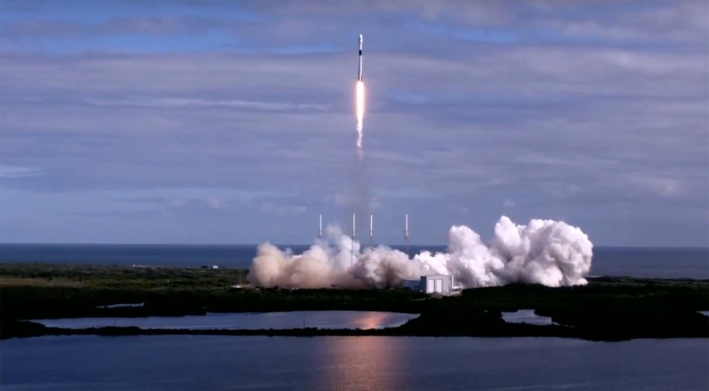 SpaceX launches 60 more internet satellites