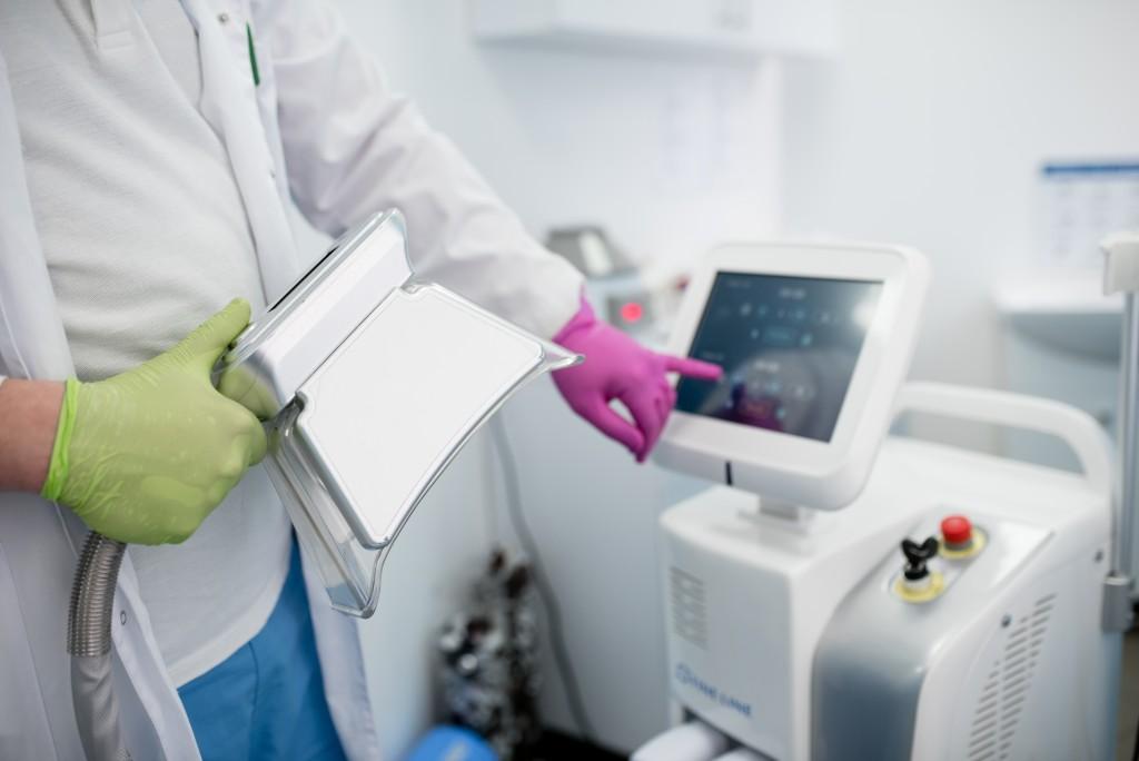 Cryolipolysis,,doctor,,hand.,cryolipolysis.,hardware,cosmetology.,body,care.,non,surgical