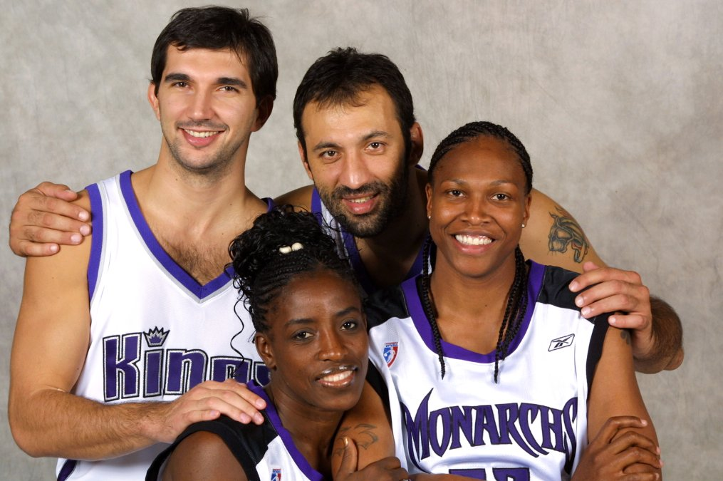 Bolton with Monarchs teammate Yolanda Griffith and Kings stars Peja Stojakovic and Vlade Divac in 2002 (Portrait by Rocky Widner/NBAE/Getty Images)
