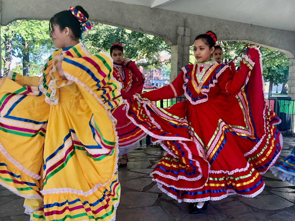 Folklorico Dancers 2048x1536