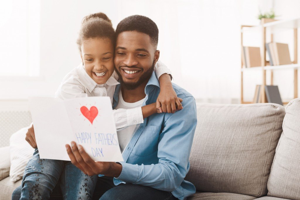 Pretty Afro Girl Congratulating Dad With Father's Day
