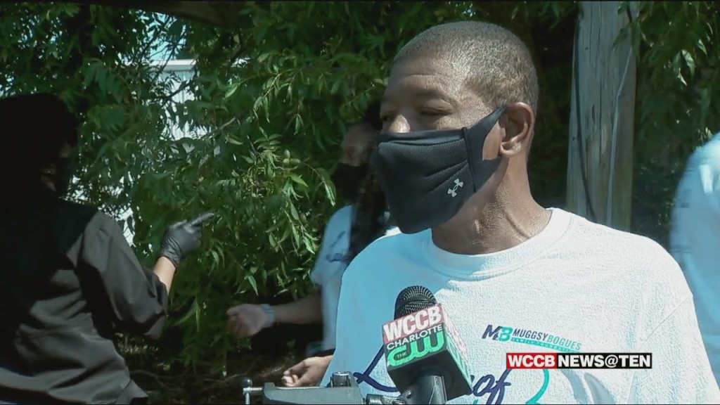 Hornets Legend Muggsy Bogues Spends Labor Day Giving Back To Homeless