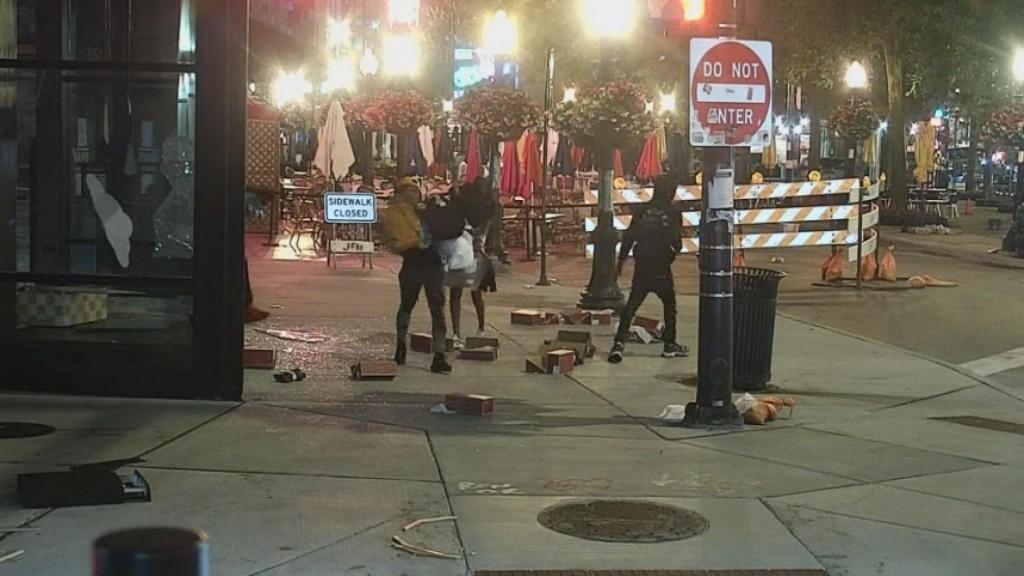 Violent Chicago Looting Ends With 100 Arrests