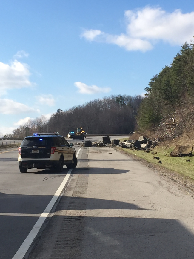 SB I-75 is closed by rock slide in TN just across the KY border 2-26-16 (photo courtesy:  WATE-TV in Knoxville