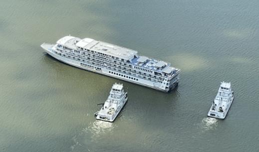 Riverboat 'American Jazz' stuck on sandbar on Lake Barkley 7-8-21