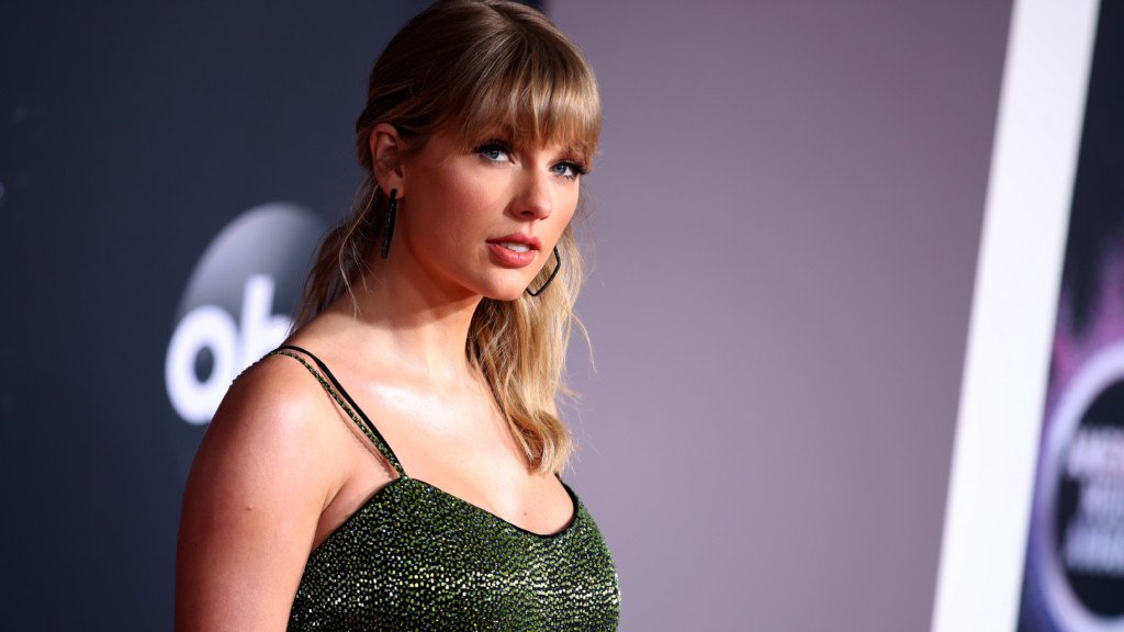 "<p>Taylor Swift attends the 2019 American Music Awards at Microsoft Theater on November 24, <span class=""wsc-grammar-problem"" data-grammar-phrase=""2019"" data-grammar-rule=""MISSING_COMMA_AFTER_YEAR"" data-wsc-lang=""en_US"">2019</span> in Los Angeles, California. </p>"