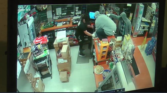 Kennewick officers search for armed robbery suspects