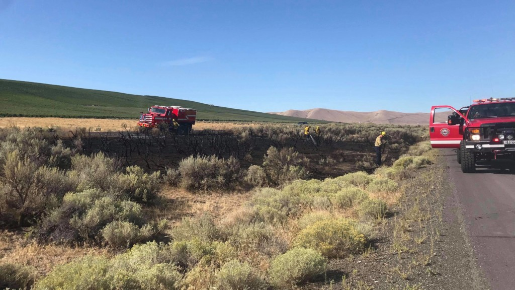 Benton County firefighters extinguish brush fire along I-82