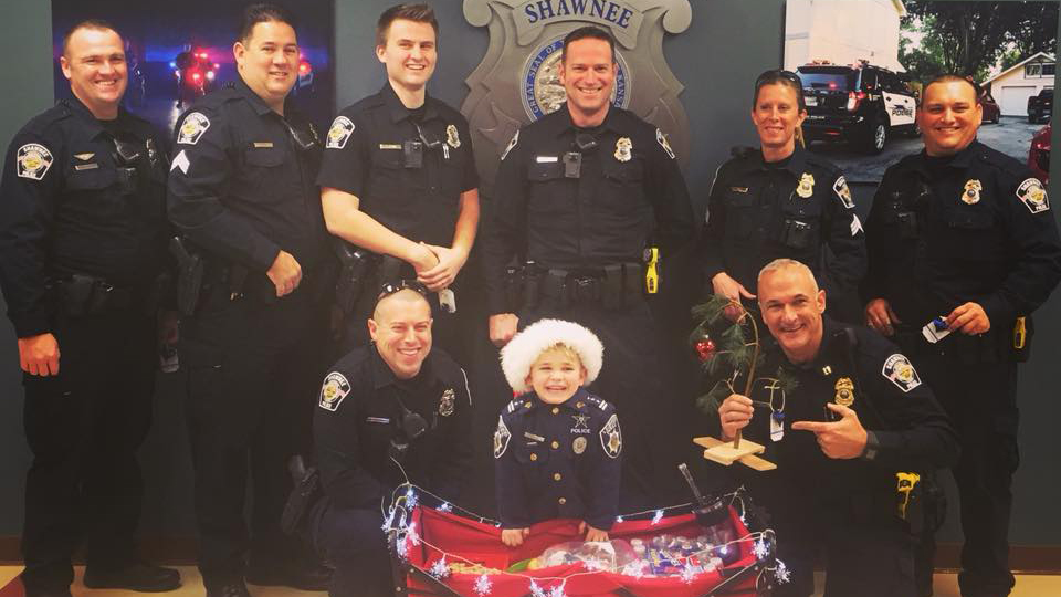 6-year-old delivering homemade gifts to thank police