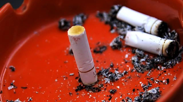 Gov. Inslee says he will sign bill to raise WA smoking age to 21