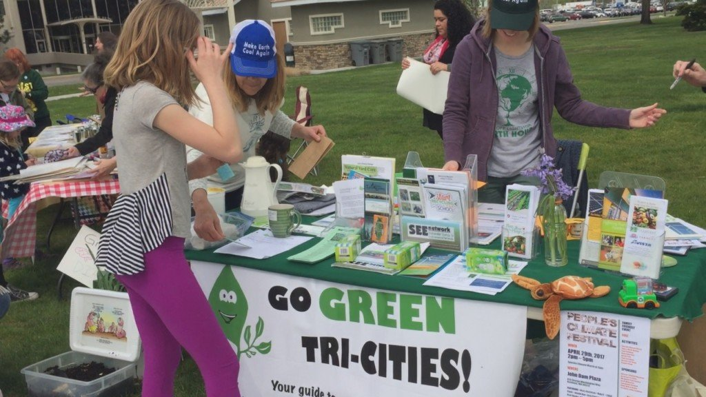 Hundreds gather to support science and Earth Day