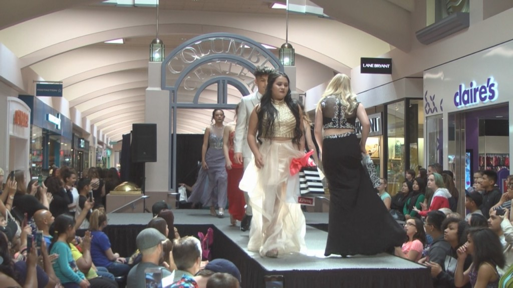 Columbia Center Mall hosts prom fashion show