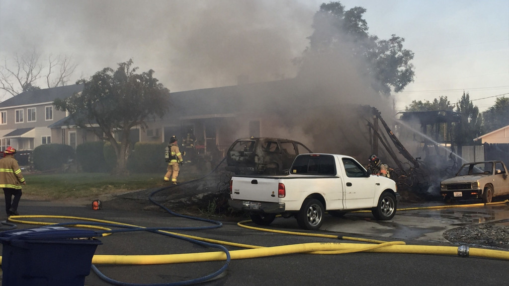 Duplex burned, 2 cars destroyed in Richland fire