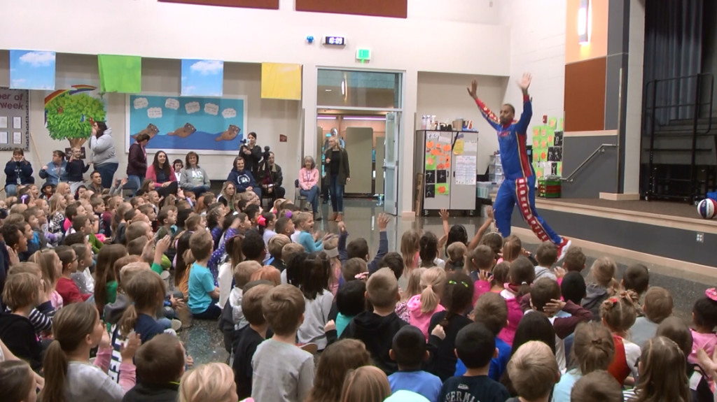 Harlem Globetrotter teaches Kennewick students about kindness