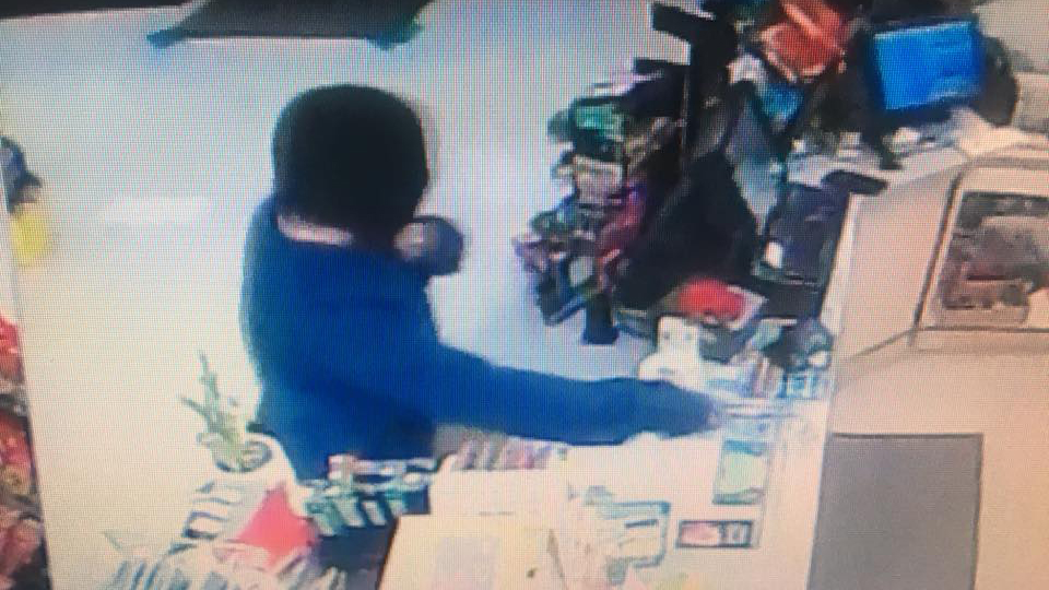Man robs Kennewick convenience store at knifepoint