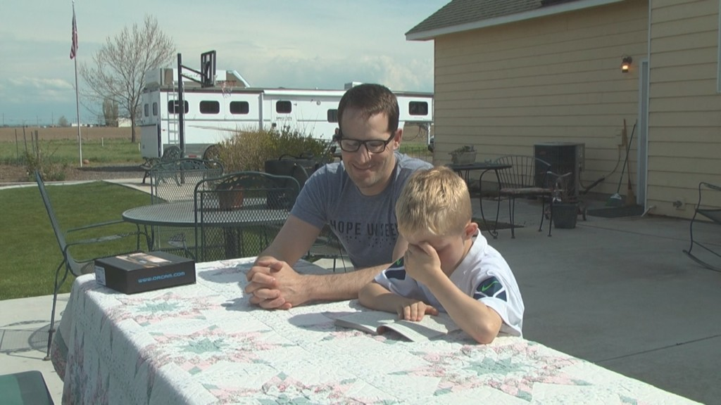 Blind veteran reads to his sons using new technology