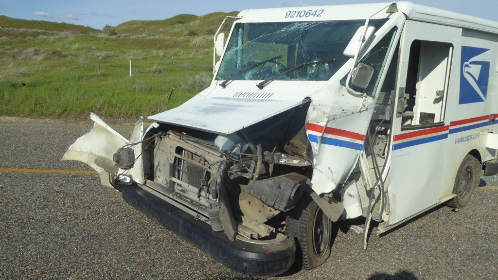 Kennewick man crashes into mail truck while trying to pass it