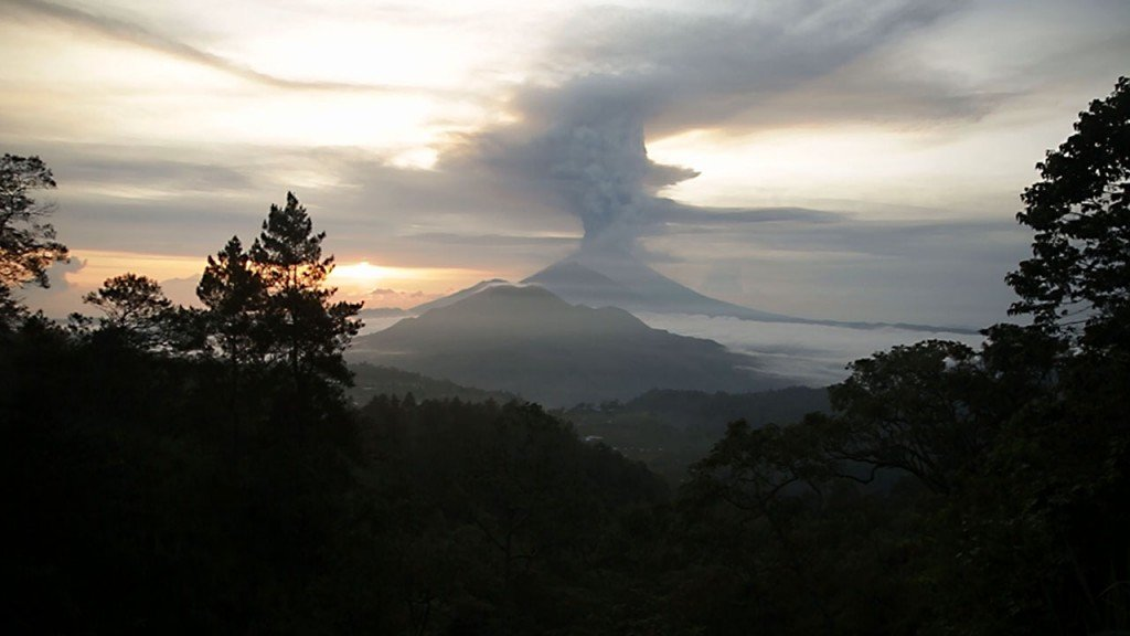 Bali volcano closes airport for second day