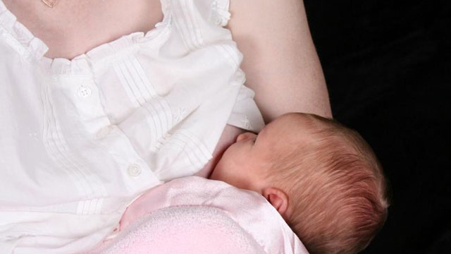 Breastfeeding better for babies' weight gain than pumping, new study says